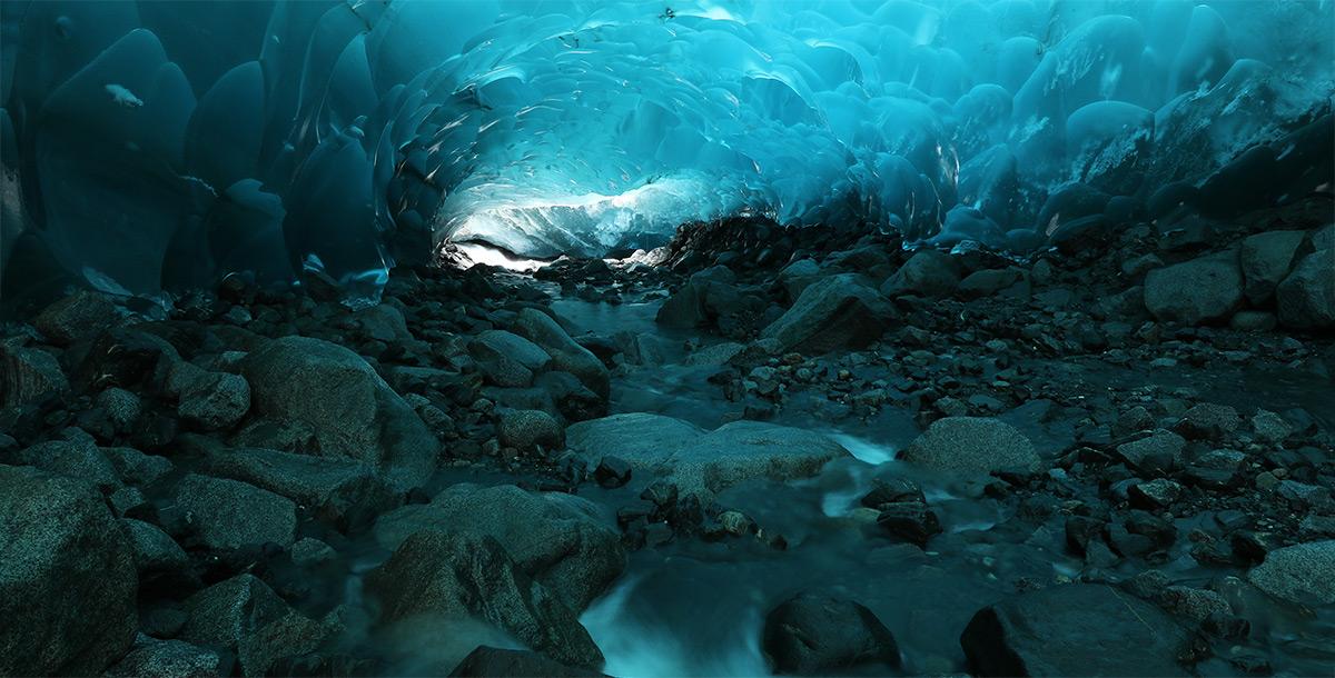 Ледяная пещера в условиях слабого освещения